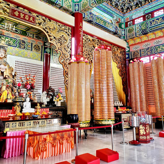 THEAN HOU TEMPLE - Illuminated pillars